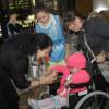 Voluntarios de Sheraton junto a beneficiarios de elementos ortopédicos