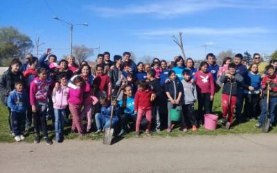 Forestación solidaria con niños y niñas de Mar del Plata